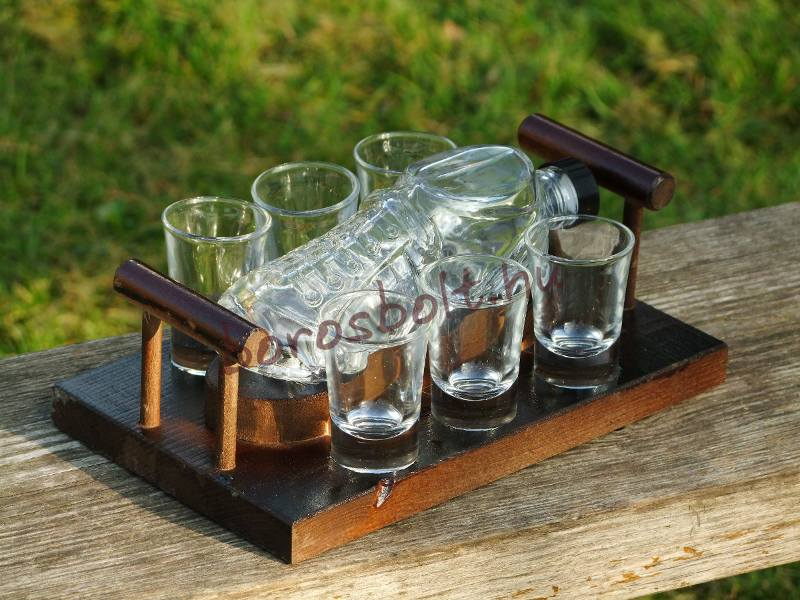 FociCipös pálinkás készlet fa tartóval,0,2 Literes focicsuka palackkal és 6 db pálinkás pohárral